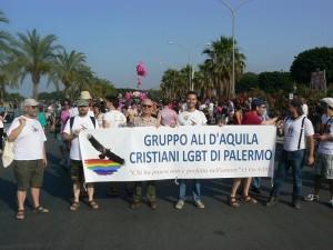 il-gruppo-ali-daquila-con-don-franco-barbero-al-palermo-pride-nazionale-22-giugno-2013