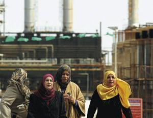 Donne davanti alla raffineria Azzawiya di Az Zawiyah, a circa 50 km da Tripoli.