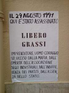 Libero Grassi è ricordato nel luogo dell'eccidio da un manifesto affisso dai figli