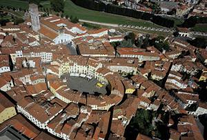 Lucca, piazza Anfiteatro, esempio di patrimonio intertestuale (ph. Degli Innocenti)