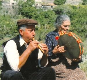 -nino-sergio-flauto-e-nunziata-crocetta-tamburo-a-cornice-fiumedinisi-1989