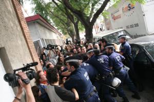 Scontri-abitanti-e-polizia