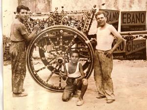 Tommaso Scirè in canottiera il figlio Felice e un aiutante all'inizio degli anni Quaranta.