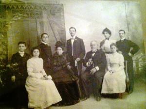 Vito-Foderà-seduto-al-centro-con-alcuni-nipoti-primi-900.
