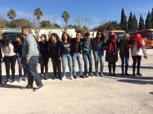 Museo del Bardo, Tunisi, 27 febbraio 2017 Studenti nell'area antistante il museo, accolgono i turisti con danze e canti.