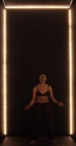 """La-scatola-""""nera""""-e-Germaine-Acogny-durante-lo-spettacolo-alla-BAM"""