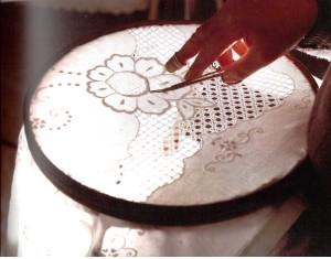 Ricamo su lino (ph. Brai, da Buttitta-Giallombardo)