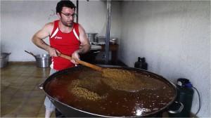 .Preparazione-delle-lenticchie-in-umido-per-la-sagra-agosto-2016-foto-Broccolini