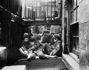 -Jacob-Riis-Bambini-che-dormono-per-le-strade-di-New-York-1890-ca