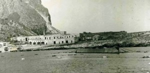 La-tonnara-del-Secco-con-le-barche-in-pesca-anni-'50-del-Novecento-propr.-Valeria-Plaja.j