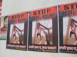 Dhaka. Manifesti di denuncia delle pratiche di controllo e presidio del confine attuate dall'esercito indiano.