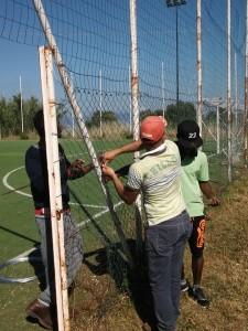 Beneficiari-di-un-progetto-SPRAR-impegnati-nella-manutenzione-di-un-campo-di-calcio-comunale.