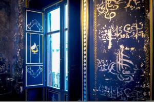 Sulle-pareti-iscrizioni-pseudo-arabe-e-decorazioni-a-forma-di-tughra-ottomana-da-fb-Camera-delle-Meraviglie1.