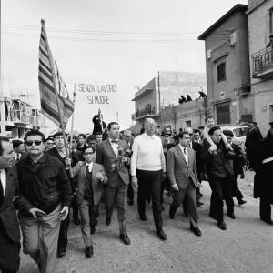 Un altro momento della marcia. Al centro in primo piano Bruno Zevi e Danilo Dolci (ph. Nicolini)
