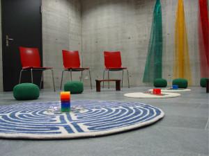 la-sala-di-raccoglimento-delluniversita-di-friburgo-contiene-i-testi-sacri-delle-principali-religioniil-necessario-per-preparare-il-the-la-possibilita-di-praticare-riti-woodou-dei-tappeti