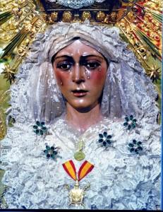 Macarena ornata con gli smeraldi donati dal torero Joselito el Gallo (ph. Burgaretta).