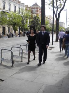 Coppia di giovani sposi (lei con la mantilla) in calle San Fernando diretti in cattedrale (ph. Burgaretta)