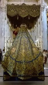 Il sontuoso mantello della Virgen de la Merced nella chiesa del Divino Salvador (ph. Burgaretta)
