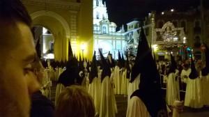 Nazarenos che escono dalla basilica della Macarena (ph. Burgaretta)