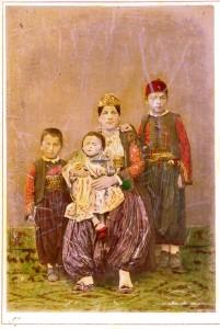 Gruppo-familiare-ScutarI-1875-ph.-P.-Marubi