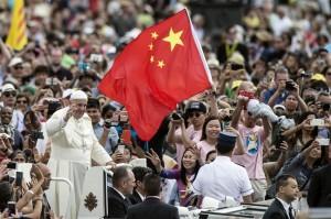 papa-francesco-saluta-un-gruppo-di-fedeli-cinesi-in-piazza-san-pietro-il-15-giugno-2016-archivio-ansa