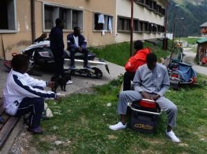 -Richiedenti-asilo-in-località-san-Simone-Valle-Brembana-a-quota-90.