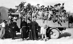 Campo-scout-con-monsignor-Criscuoli-1954