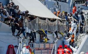 -Operazioni-di-soccorso-sulla-nave-della-Marina-Militare-italiana-appena-giunta-in-porto-@MMI.