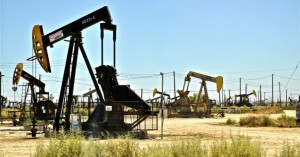 Pozzi di petrolio nella piana di Gela.
