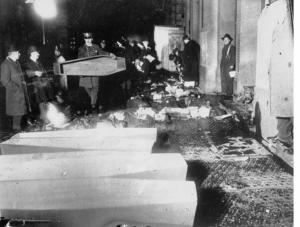 9-corpi-sul-selciato-vicino-allobitorio-il-giorno-dellincendio
