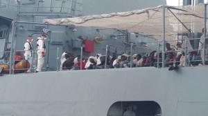 migranti-in-attesa-di-poter-scendere-dalla-nave-della-marina-militare-italiana-al-porto-di-augusta-mmi
