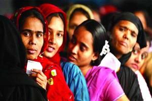 Donne-bengalesi-in-fila-per-emigrare.