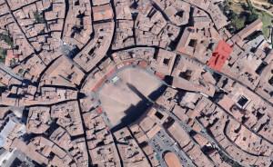 Foto aerea del centro storico di Siena, in rosso evidenziata l'area del Palazzo (elab. Niglio, 2018).