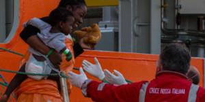 Arrivo della nave Siem Pilot con oltre mille migranti a bordo