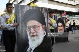 Sostenitori di Hezbollah portano due manifesti con le foto del leader di Hezbollah, Hasan Nasrallah, e del Leader Supremo Ayatollah Ali Khamenei,nella città di Nabatieh, sud Libano( Haidar Hamdani, Getty Images