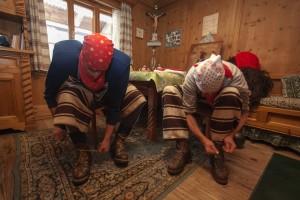 Vestizione-Rollate-maschera-del-carnevale-di-Sappada-ph.-Armano