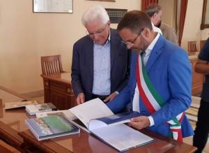 l-Presidente-Mattarella-con-il-sindaco-di-La-Maddalena-Luca-Carlo-Montello.