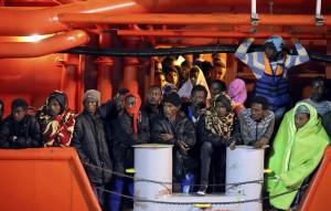 Migranti in attesa nel porto di Pozzallo (ph. A. Parrinello, Reuters-Contrasto).