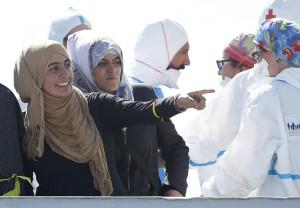 -Donne-migranti-sbarcate-ad-Augusta-ph.-Lapresse-Reuters-da-Il-Manifesto.