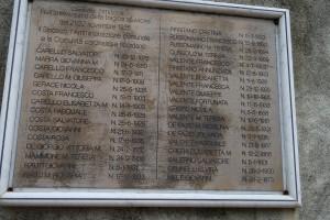 Lapide commemorativa per morti a Cardinale a seguito di straripamento Ancinale (ph. V. Teti).