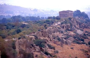 Agrigento, tempio della Concordia lungo la via Sacra (ph. malvezzi, 2017).