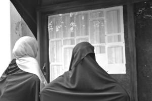 Rifugiate controllano le liste dell'OIM per il resettlment (ph. Jourdan)