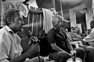 Fumate di shisha nella lunga attesa a Kampala (ph. Jourdan)