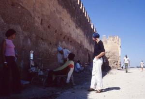 Anne sotto le mura della città di Fes, Miraldo si fa tagliare la barba, 1978 (ph. Farassino).