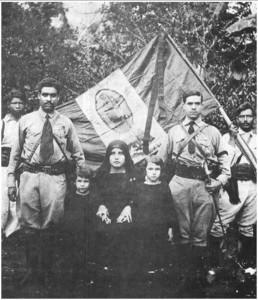 Leader-Cristero-con-la-bandiera-della-Vergine-di-Guadalupa-1928