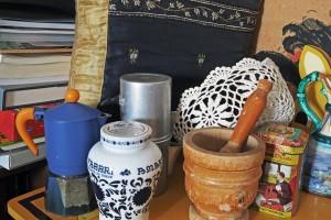 La caffettiera napoletana fra diversi oggetti.