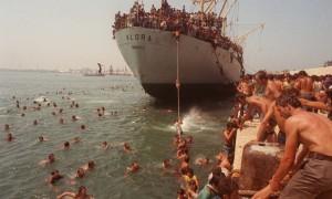 Bari-profughi-albanesi-sulla-nave-Vlora-ph.-Ansa