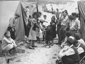 Alcuni-ebrei-provenienti-dai-Paesi-arabi-in-un-campo-di-raccolta-allestito-in-Israele.