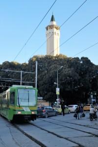 Tunisi-l-tram-sfila-accanto-ad-una-moschea-ph.-R.-Ceccarelli.