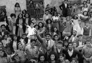 Un-gruppo-di-ebrei-tripolini-festeggia-nel-'49-un-anno-di-indipendenza-di-Israele.